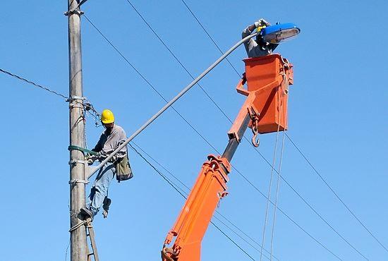 Funcionários da prefeitura assumem manutenção da iluminação pública