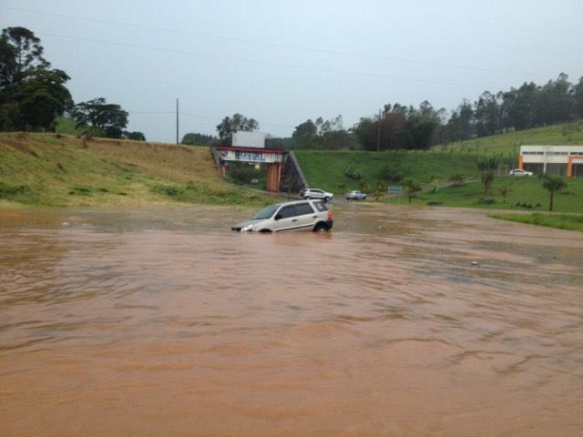 Carro preso na enchente na rodovia MG-290.