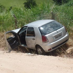 Carro bate em van da prefeitura municipal de Ouro Fino.