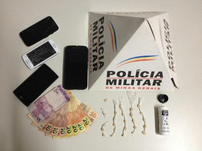 Itens encontrados junto aos traficantes.
