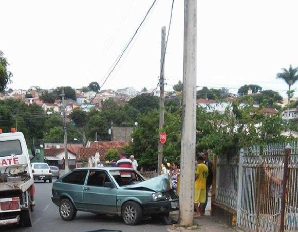 Carro colide com poste em Ouro Fino.