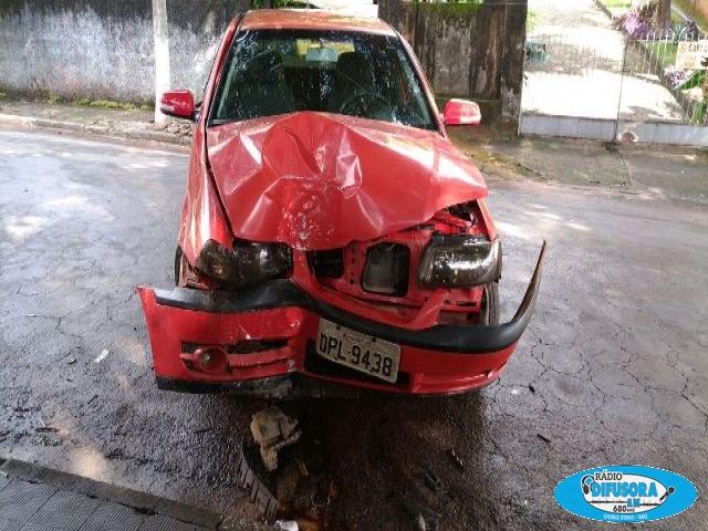 Carro deu perda total devido a forte batida.