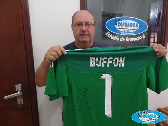 Camisa autografada pelo goleiro Buffon, da Itália.