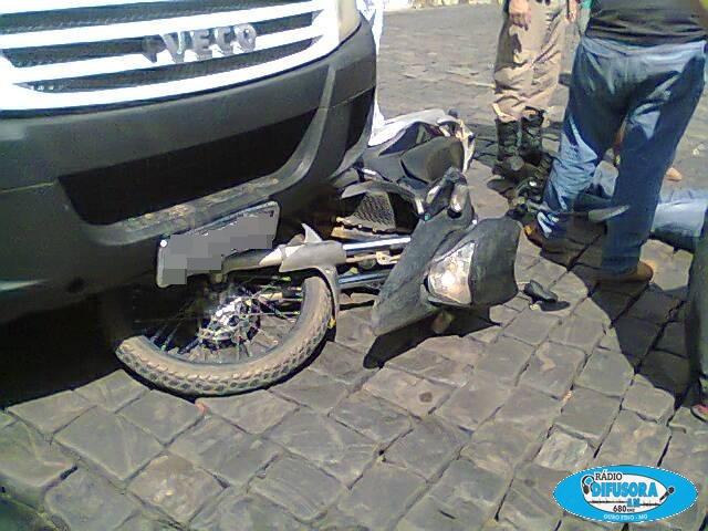 Acidente envolvendo uma moto e um caminhão.