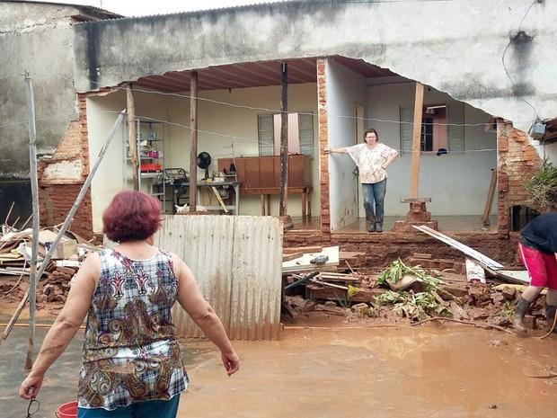 Moradores prejudicados com a enchente