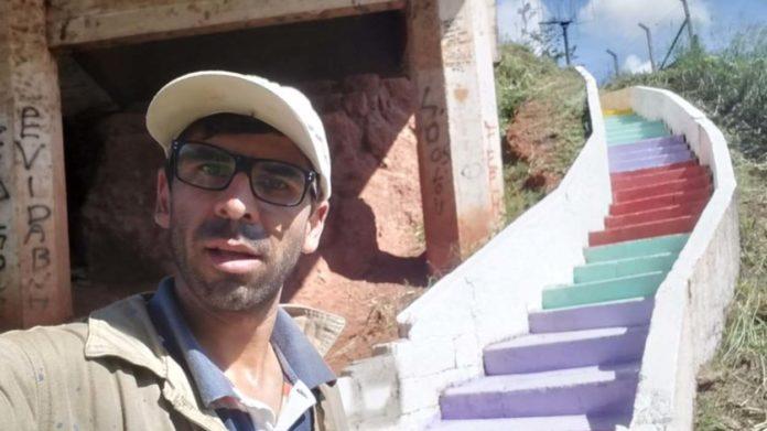 Antônio Ricardo ao lado da escadaria