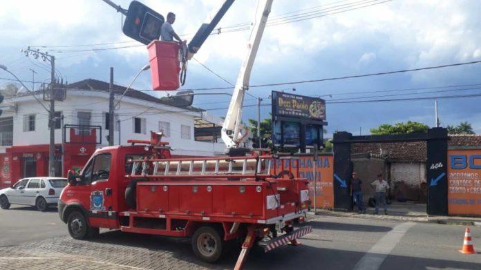 Funcionário realizando reparos no semáforo