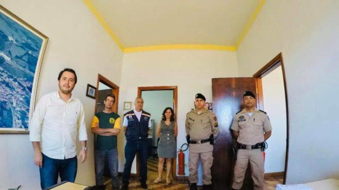Toninho Miguel ao lado de agentes da fiscalização e Polícia Militar