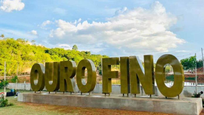 Nome de Ouro Fino em letras garrafais no Lago dos Palomos