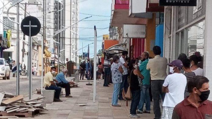 Fila enorme no banco Itaú