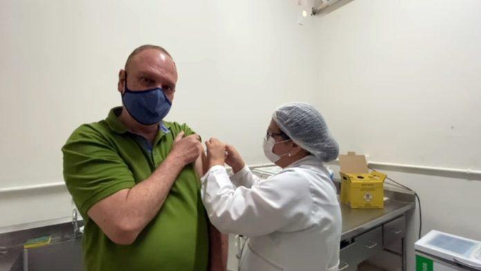 Henrique Wolf recebe primeira dose da vacina